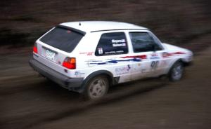Bob Nielsen / Kathy Freund drift through a sweeper on SS1 at speed in their VW GTI.